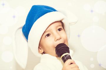 Ребенок поет песню в микрофон. Новогодний караоке.