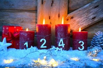 vier brennende Kerzen