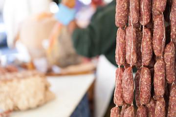 Salsicce in primo piano in un supermercato