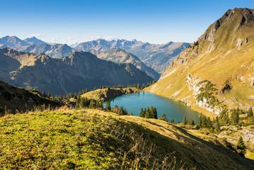 Landschaft im Allgäu mit See und Bergen