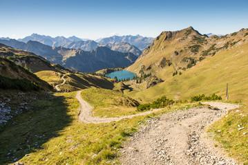 Weg zu einem See mit Bergen im Allgäu