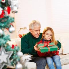 Opa gibt Geschenk an Enkel zu Weihnachten