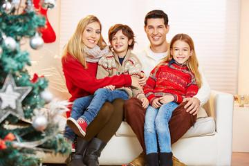 Glückliche Familie und Kinder feiern Weihnachten