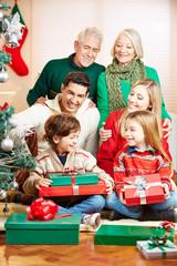 Familie feiert Weihnachten mit Geschenken