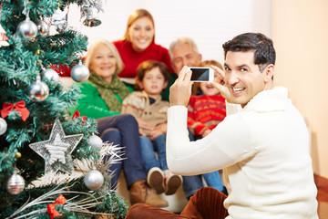 Mann macht Foto von Familie zu Weihnachten