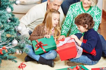 Weihnachten mit Großeltern und Geschenken