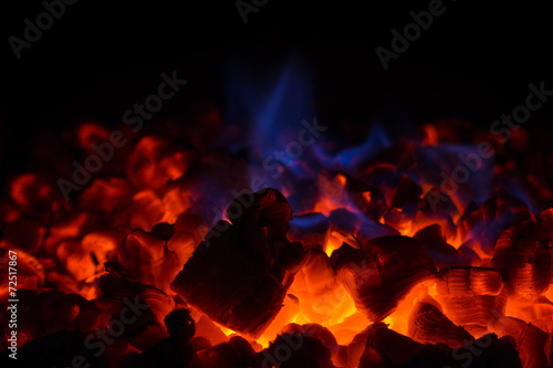 In de dag Vuur / Vlam Closeup of glowing hot red embers and blue flame in fireplace