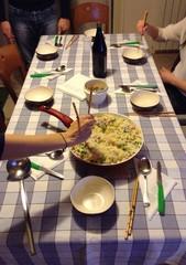 cena internazionale tra amici