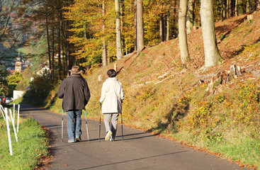 Spaziergänger mit Stöcken