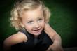 canvas print picture - süßes Mädchen im schwarzen Klein blickt nach oben