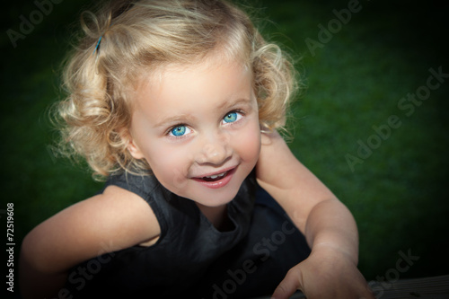 canvas print picture süßes Mädchen im schwarzen Klein blickt nach oben