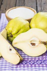 Frutos y azúcar para la elaboración del dulce de membrillo