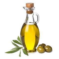 Aceite de oliva y aceitunas verdes aislados sobre fondo blanco