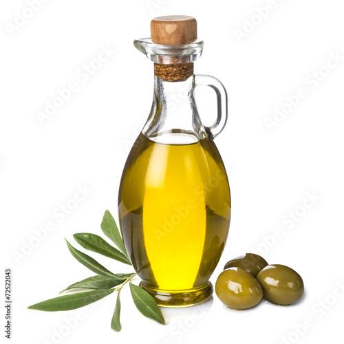 Papiers peints Condiment Aceite de oliva y aceitunas verdes aislados sobre fondo blanco