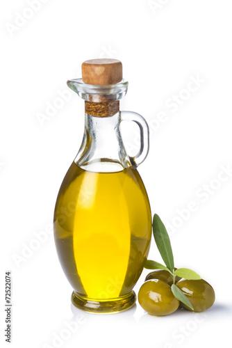 Aceite de oliva virgen y aceitunas verdes con hojas aislado