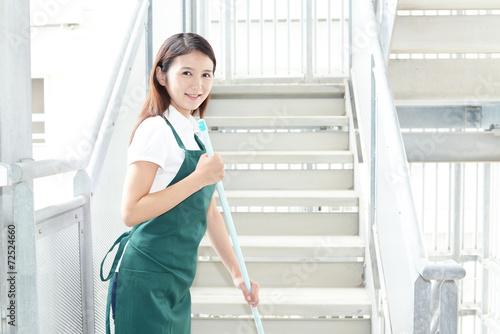 掃除をする笑顔の女性 - 72524660