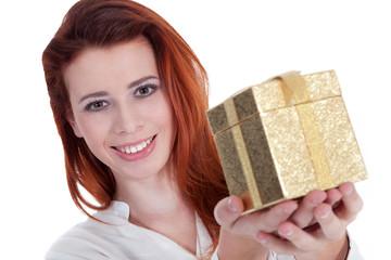 Junge rothaarige Frau überreicht goldene Geschenk Box