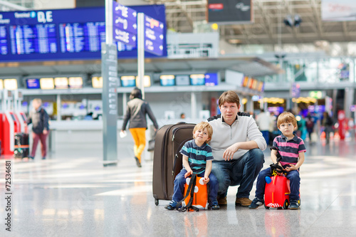 Father and two little sibling boys at the airport - 72534681