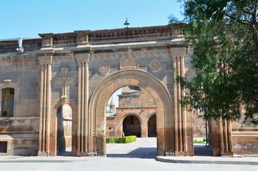 Вход на территорию церкви Святой Гаянэ в Эчмиадзине