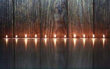 Kerzen vor Holzstruktur, minimalistisch