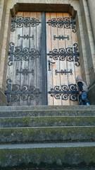 Kind vor alter kirche