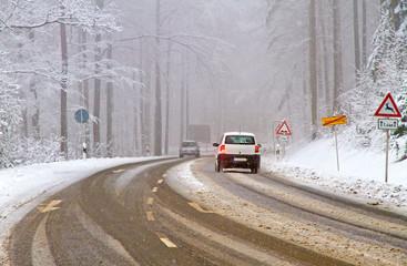 Wintereinbruch - verschneite Straße