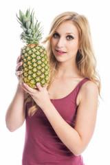 Blonde Frau mit Ananas