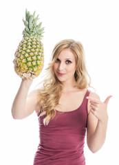 Frau zeigt auf eine Ananas
