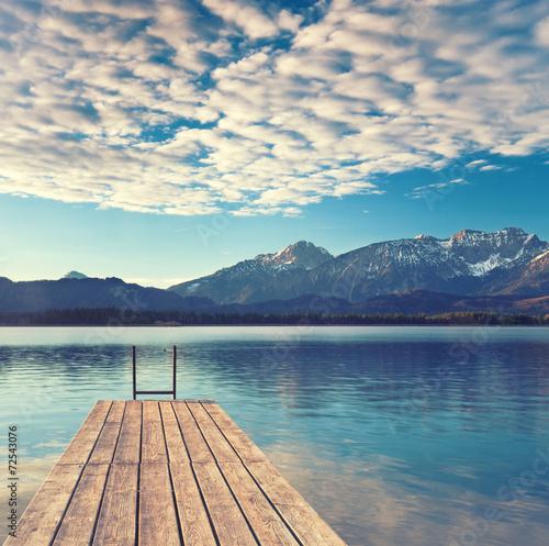 Bootssteg am See in Alpennähe - 72543076
