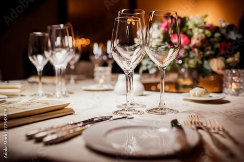 Empty glasses in restaurant - 72543829