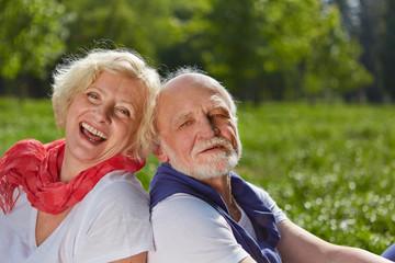 Verliebtes Paar Senioren in der Natur