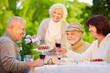 canvas print picture - Gruppe Senioren feiert Geburtstag im Garten
