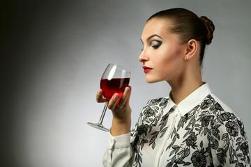 Молодая девушка с бокалом в руке