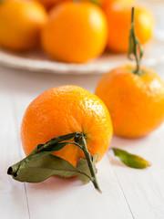 Mandarinen mit Blattgrün auf einem Tablett