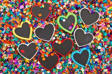 Kleine Herz Tafeln auf Konfetti