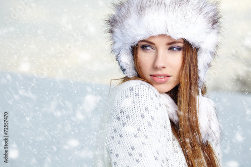 Attractive young woman in wintertime outdoor - 72557470