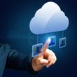 Mann drückt auf Personen-Symbol aus einem Cloud Netzwerk