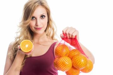 Frau hält Apfelsinen im Netz