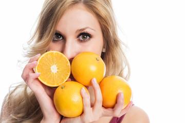 Schöne Frau hält Apfelsinen