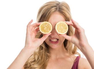 Frau mit Zitronenscheiben auf den Augen