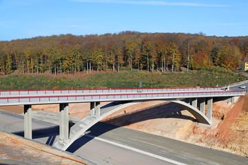 Bogenbrücke über Autobahn