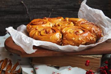 Тыквенные булочки с яблоками и карамелью