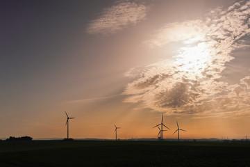 Windkrafträder - Gegenlicht - Wolken und Himmel