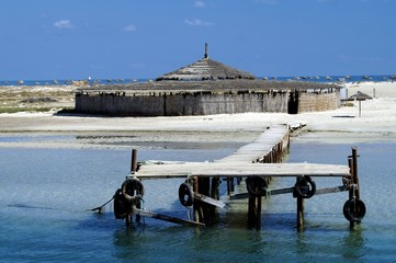 ponton sur la plage tunisienne