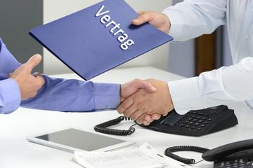 Übergabe Vertrag mit Handschlag