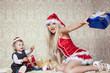 Weihnachtsfrau verschenkt Geschenke