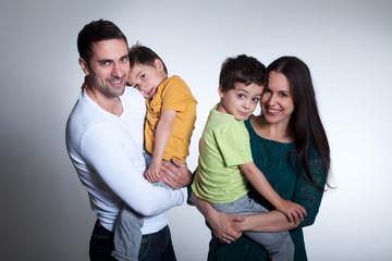 Glückliche vierköpfige Familie im Fotostudio