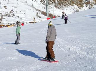 snowboardeurs sur une piste