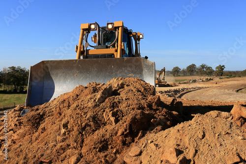 bulldozer en action chantier de terrassement - 72578442