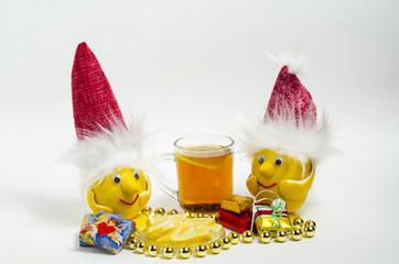 Лимоны в Рождественских шапочках, и чай с лимоном